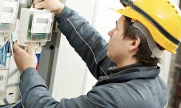Consumatorii care nu îşi schimbă contractele de energie electrică nu vor avea curentul oprit