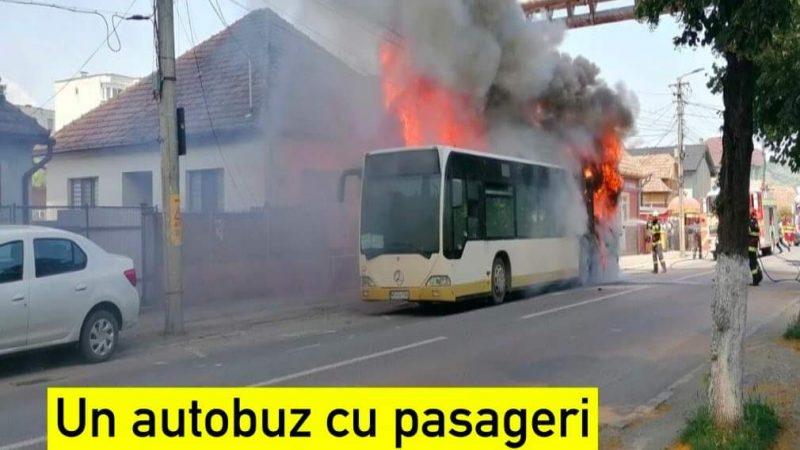 INCREDIBIL! Un autobuz a luat foc în trafic. Toţi pasagerii s-au