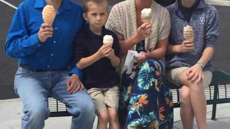 Mesajul tulburător primit de o femeie după ce a fotografiat o familie care ieșise la o înghețată