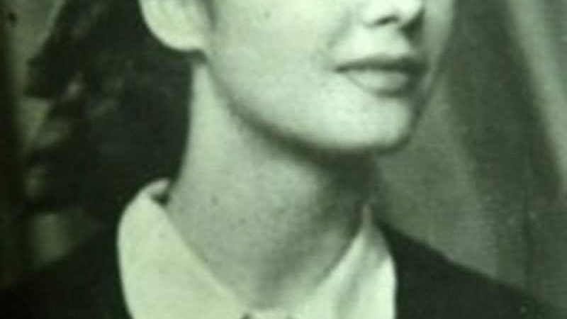 O recunoști? E faimoasă în România pentru deciziile ei controversate. Era de o frumusețe rară în tinerețe :